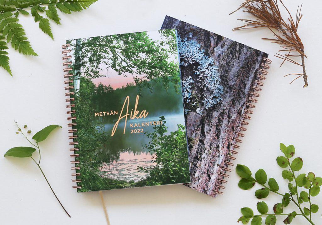 Metsän aika -kalenterin 2022 etu- ja takakansi